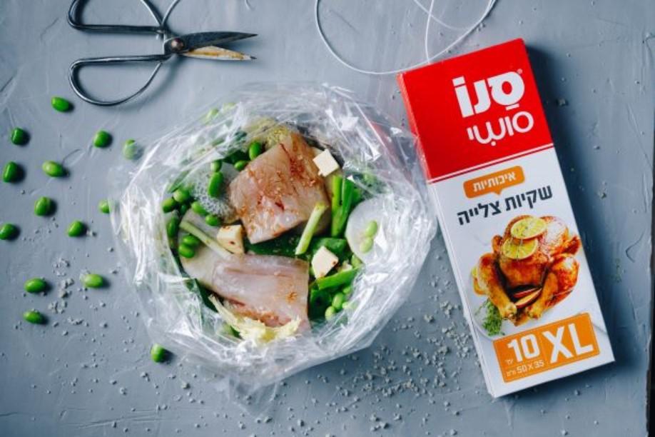 מכניסים את הדג והירקות לשקית צלייה- סנו (צילום: שניר גוואטה)