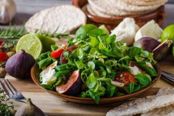 מלא הטנא קיץ - סלט חסה, גבינת עיזים ותאנים צלויות
