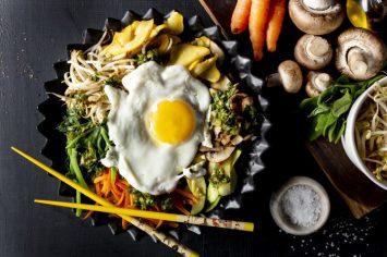 ארוחה בקערה אחת: ארוחת אורז עם ירקות וביצת עין