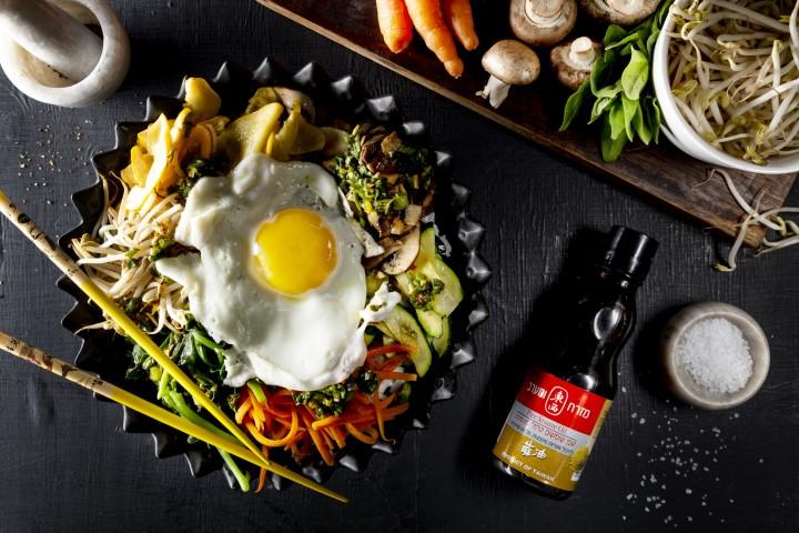 bibimbap: ארוחת אורז, ירקות וביצת עין בקערה. צילום: שני הלוי.