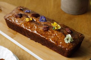 נהדרת לפסח: עוגת תפוחים בחושה עם שבבי פקאן של מיקי שמו