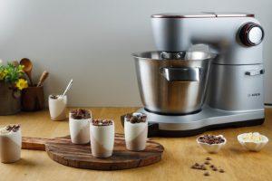 מקציפים שמנת מתוקה לקצפת יציבה ומקפלים לתערובת השוקולד המצוננת (צילום: שניר גוואטה)