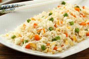 יסודות המטבח: איך מכינים אורז מטוגן מהאורז של אתמול?