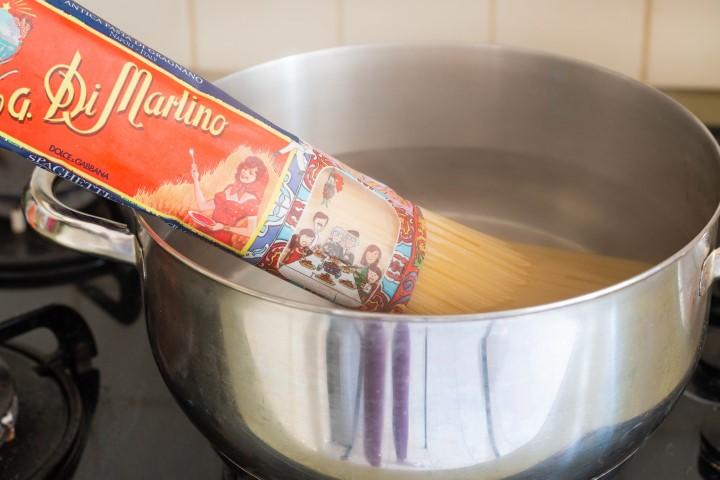 מבשלים את הפסטה למצב אל-דנטה. צילום: אולגה טושכר