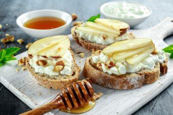 ברוסקטת לחם אגוזים עם גבינת קוטג', תפוחים ודבש