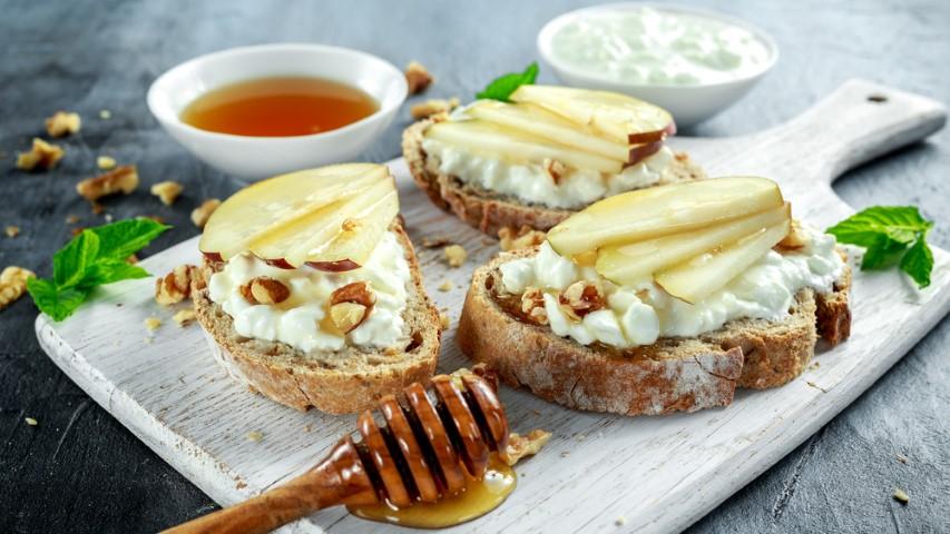 ברוסקטת לחם אגוזים עם גבינת קוטג', תפוחים ודבש.