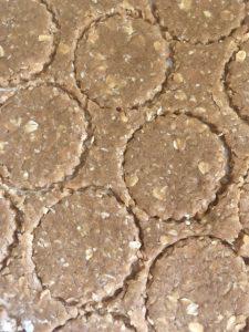 """קורצים עוגיות בקוטר של כ-4 ס""""מ. צילום: הילה סער"""