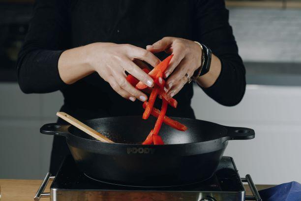 מוסיפים את הירקות למחבת. צילום: שניר גואטה