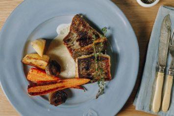 גורמה זה כאן: פילה ברמונדי ישראלי ברוטב חמאה לבנה וירקות שורש צלויים