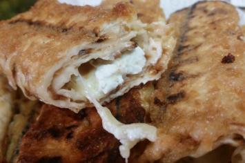 עם גבינה או עם בשר: מצות מגולגלות של מלי מאירוב