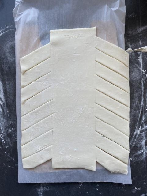בעזרת סכין מסמנים חלוקה של הבצק ל-3 חלקים שווים. צילום: תמרה אהרוני