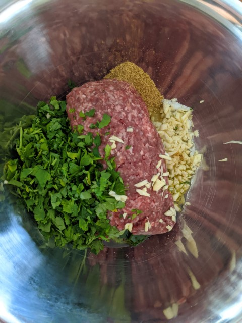 בקערה מערבבים את כל מרכיבי הבשר. צילום: אסי רוז