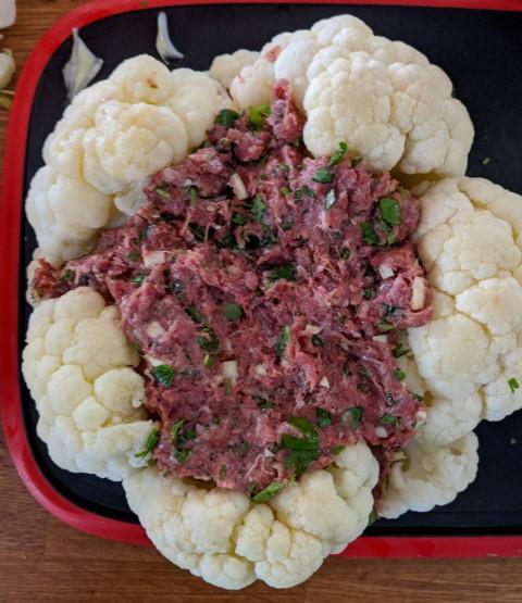 נסו לפזר כמה שיותר מתערובת הבשר בתוך הכרובית ובין הפרחים שלה. צילום: אסי רוז