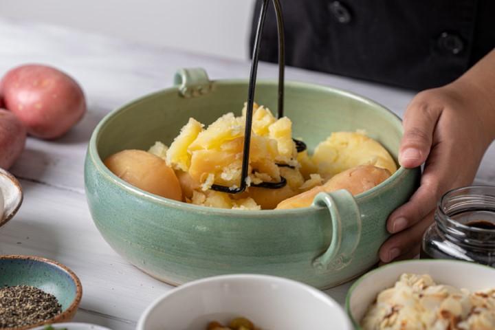 מקלפים ומועכים את תפוחי האדמה המבושלים. צילום: טל סיון-ציפורין