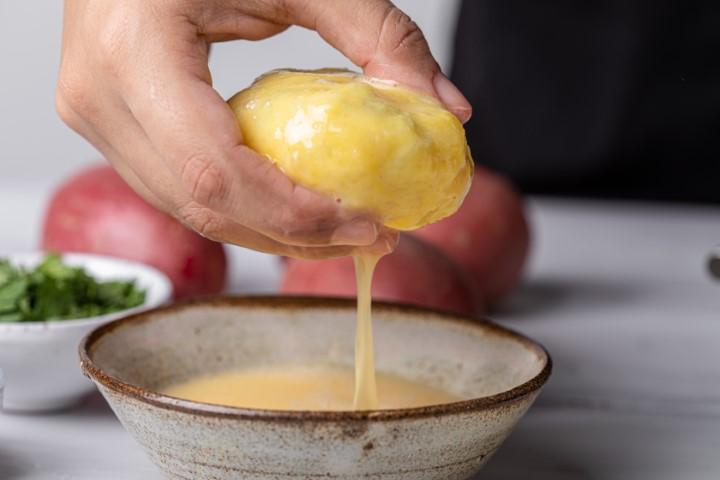 טובלים את הקובות בביצה. צילום: טל סיון-ציפורין