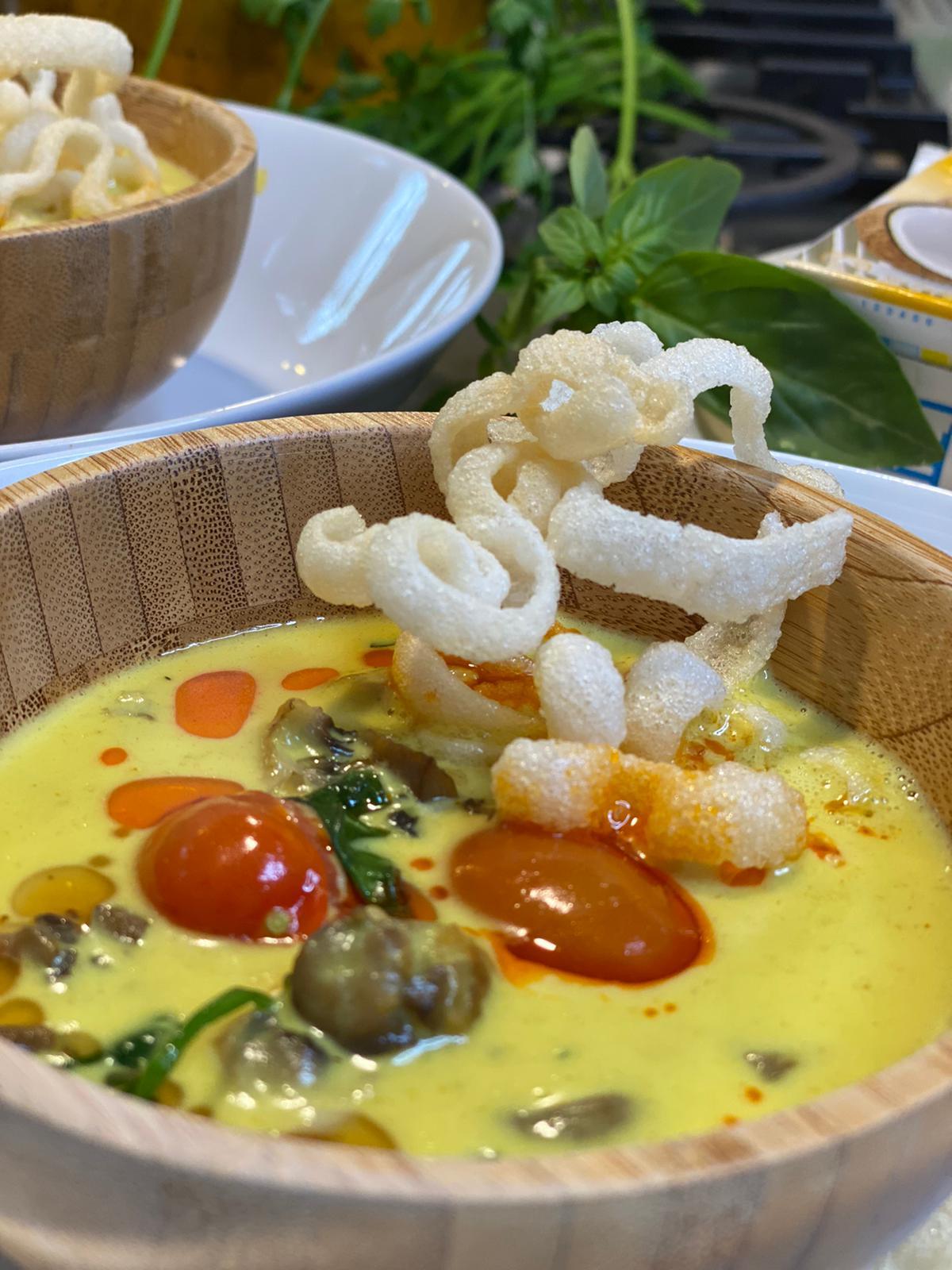 מרק קוקוס מהיר כמו במסעדה תאילנדית. צילום: משה שגב