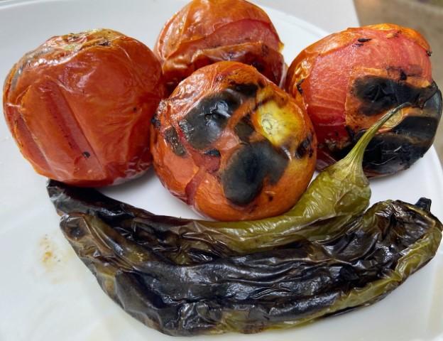שמים על האש עגבניות ופלפלים עד קבלת סימני חריכה. צילום: אופירה מור
