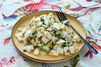 ירוק בלב: סלט קולורבי ותפוחים ירוקים עם שקדים קלויים