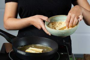 טובלים את רצועות הטופו חומוס בתערובת ומטגנים עד להזהבה. צילום: שניר גואטה