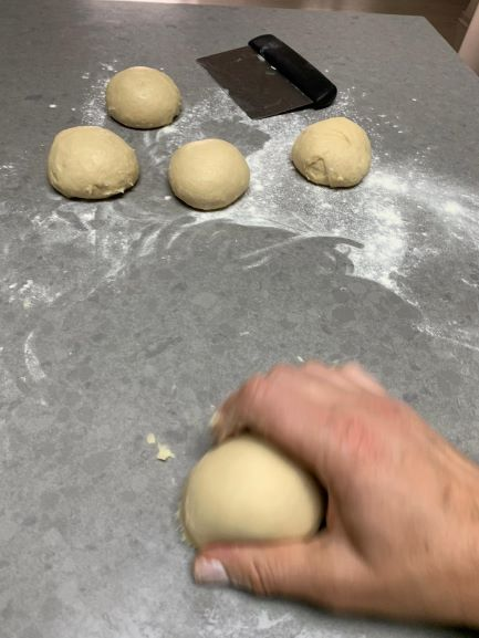 מחלקים את הבצק לחמישה כדורים שווים. צילום: ליאור שרף