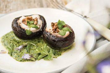 מלכות החג: פטריות ממולאות בגבינות ברוטב שמנת-פסטו