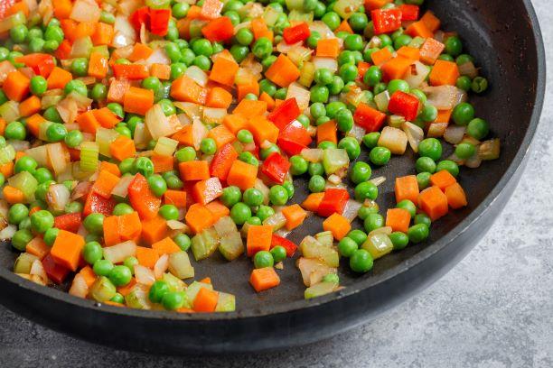 מוסיפים למחבת את הירקות ומבשלים עד ריכוך. צילום: אולגה טוכשר