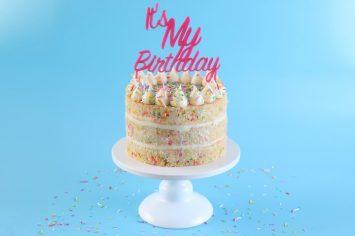 עוגת יום הולדת מושלמת עם קונפטי של סוכריות וגבינת שמנת