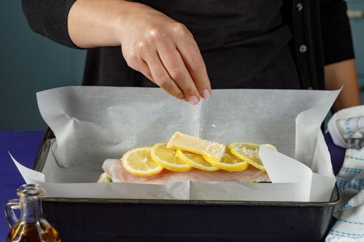 מעל הדג מסדרים פרוסות לימון וחמאה. צילום: שניר גואטה