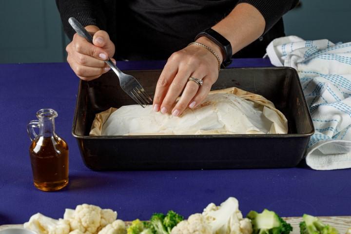 מוציאים בזהירות מהתנור ועושים חור בחלק העליון של הנייר. צילום: שניר גואטה