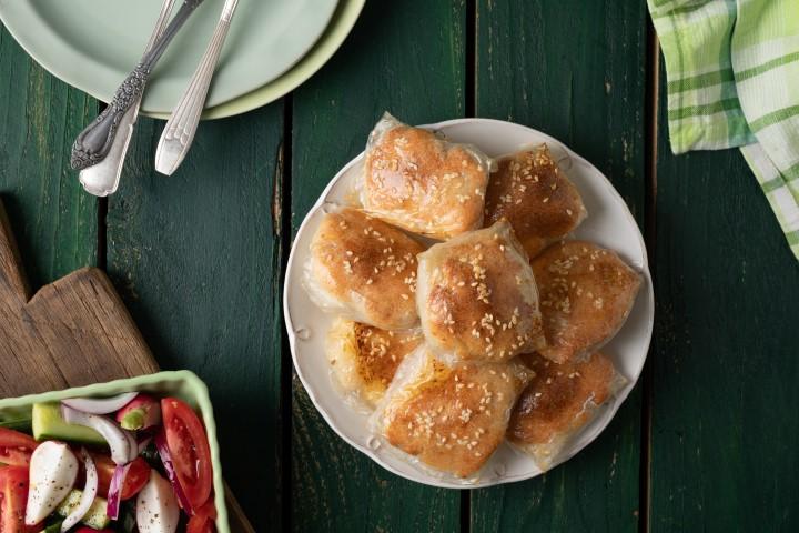 בורקס דפי אורז במילוי גבינות וחצילים. צילום: שניר גואטה