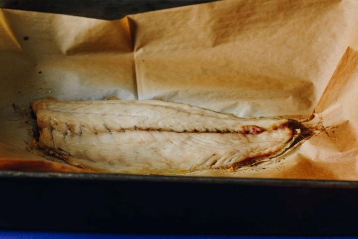 את פילה הדג צורבים בתנור כ-8-10 דקות. צילום: שניר גואטה