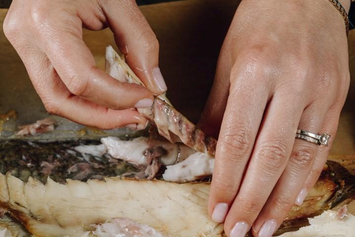 לאחר הצריבה בתנור מפרקים את הדג לנתחים ומתבלים במעט מלח. צילום: שניר גואטה