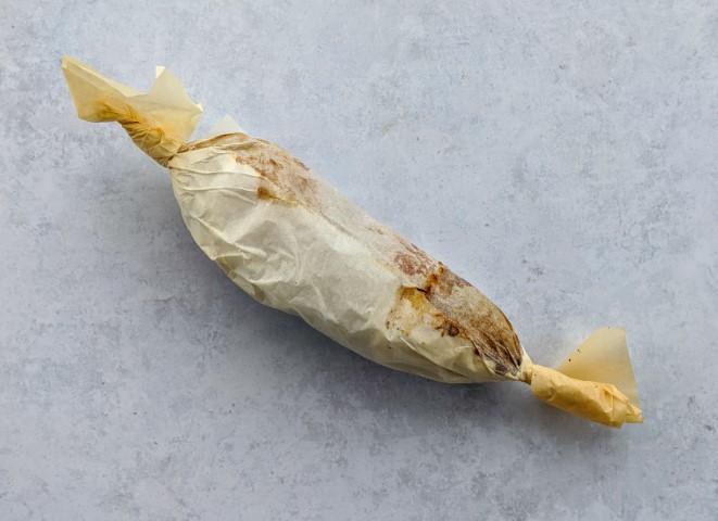מגלגלים את נייר האפייה על הבטטה כמו סוכרייה. צילום: אסי רוז