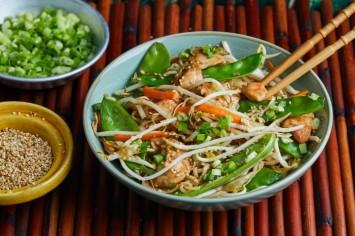 מה לומדים לבשל היום? נודלס עוף וירקות מוקפץ של בת חן דיאמנט