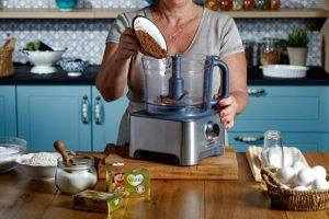 לתוך קערת המיקסר מנפים את אבקת הסוכר, הנס קפה והקקאו. צילום: שניר גואטה