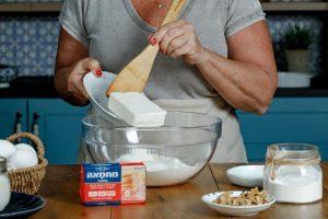 לשים את חומרי הבצק עד לקבלת בצק אחיד. צילום: שניר גואטה