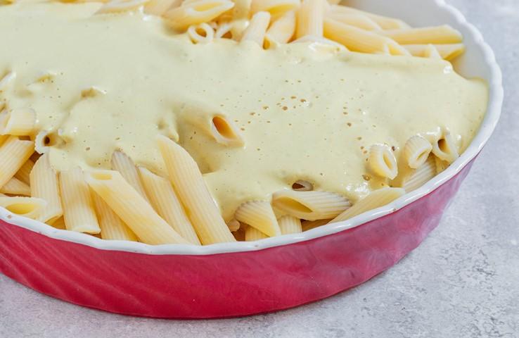 """מערבבים את הפסטה עם ה""""גבינה"""". צילום: אולגה טוכשר"""