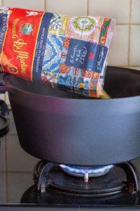 מבשלים את הפסטה במים רותחים לפי הוראות היצרן למצב אל-דנטה. צילום: אולגה טוכשר