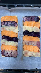 מסדרים מעל את פרוסות תפוחי האדמה לפי סדר ולפי צבעים בצורת קשקשים. צילום: רותם בן מויאל