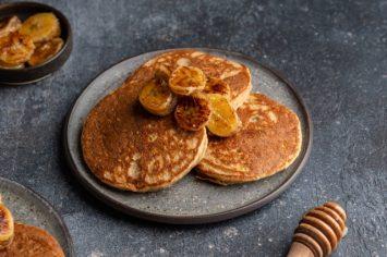 חדש בתפריט שלכם: פנקייק ללא גלוטן ולקטוז ברוטב טופי ובננות מקורמלות!