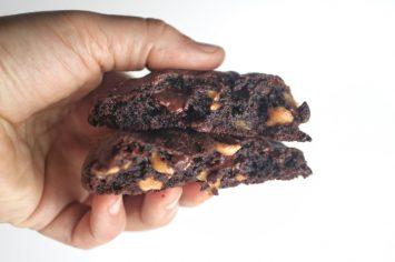 עוגיות שוקולד צ'יפס ענקיות עם שבבי חמאת בוטנים