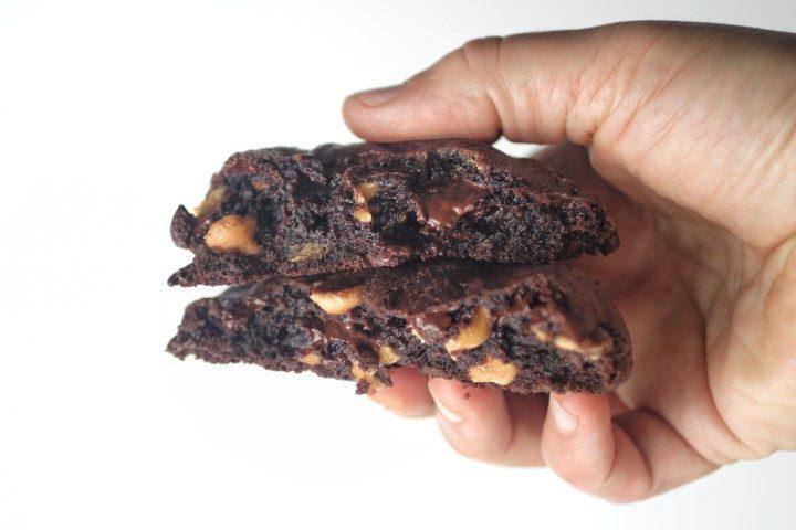 עוגיות שוקולד ציפס ענקיות עם חמאת בוטנים. צילום: אייל רווח