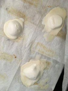 מניחים את כדורי המוצרלה על נייר אפייה במרווחים זה מזה ומכניסים לתנור. צילום: אמלי פינק