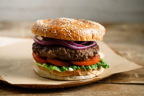 מרכיבים את ההמבורגר. צילום: שניר גואטה