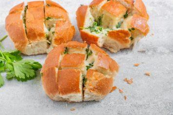 """לחמניות שום טבעוניות זריזות עם תוספת """"גבינה"""""""