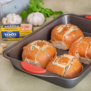 מכניסים לתוך החריצים של כל לחמנייה 4 פרוסות גבינה. צילום: אולגה טוכשר