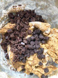 מוסיפים את השוקולד ומערבבים בעזרת כף עץ. צילום: הילה סער