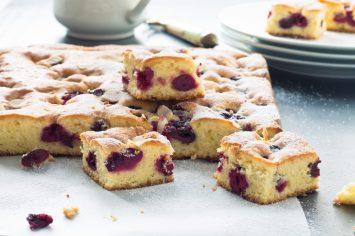 לכבוד העונה האדומה - עוגת דובדבנים קייצית, בחושה ומהירה