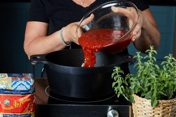 מוסיפים את רוטב העגבניות והמים וממשיכים לבשל. צילום: שניר גואטה