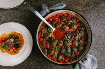 תבשיל קציצות בשר עם חצילים, עגבניות וגרגירי חומוס